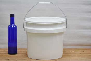 3.5 Gallon Plastic Bucket With Lid